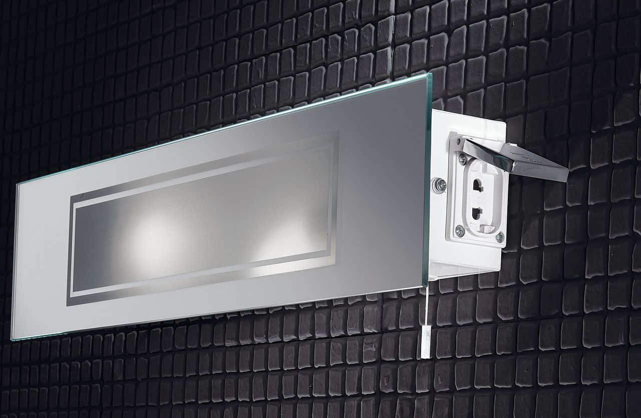 El Nordic Ip44 Mirror With Pull Switch: WB935EL Low Energy Mirrored Wall Light With Shaver Socket